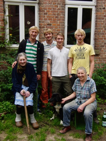 Ingrid Schürmann (unten rechts) mit ihrer Mutter Lina Schürmann und ihren vier Söhnen Johannes, Paulus, Georg und Christian